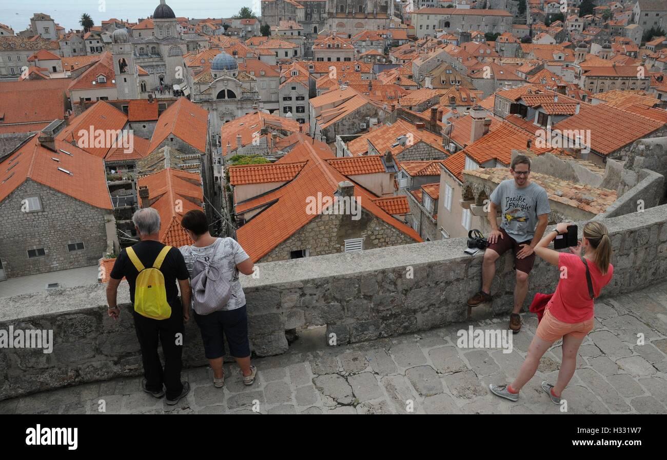Touristen fotografieren in Dubrovnik, Kroatien Stockfoto