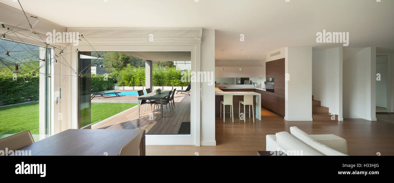 Luxus Interieur, weiten, offenen Raum, Veranda und Garten Blick aus ...