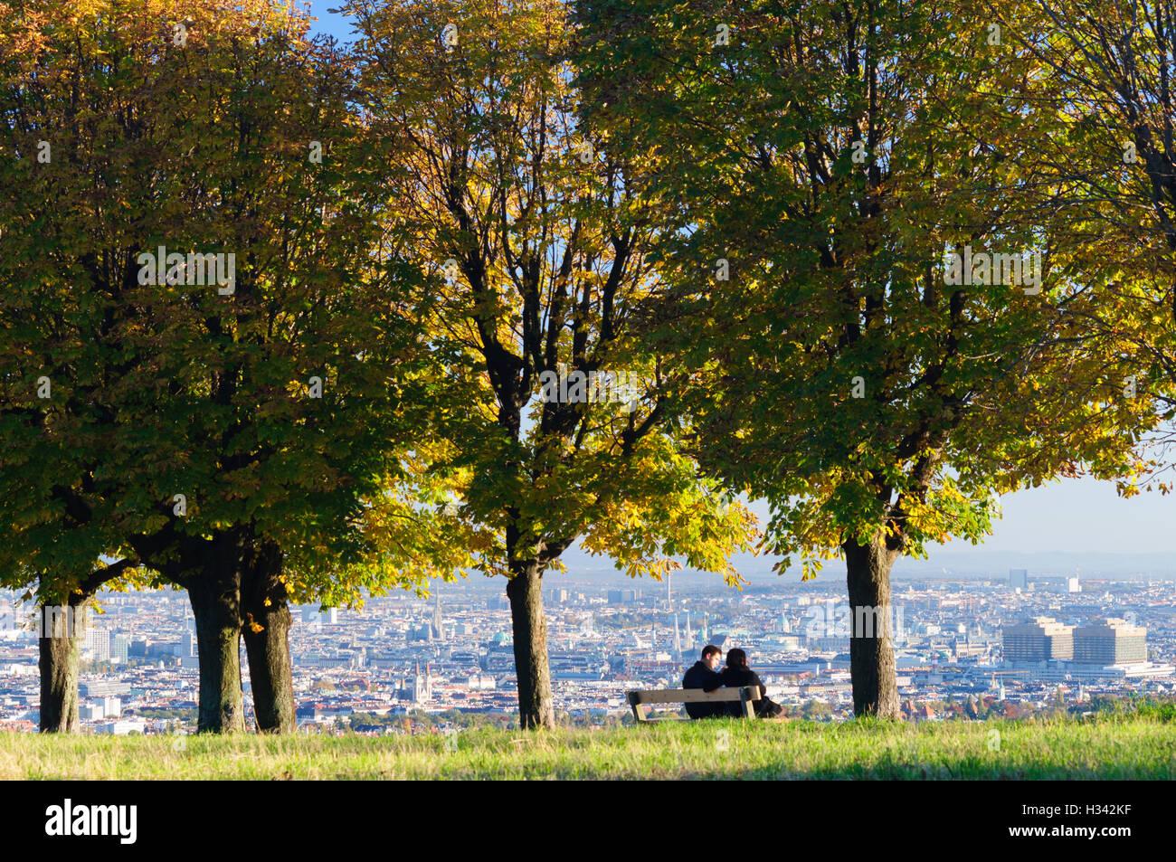 """Wien, Wien: Wien-Blick vom Hügel """"Himmel"""", junge Paar auf Parkbank, 00., Wien, Österreich Stockbild"""