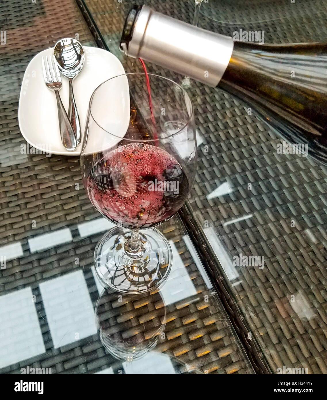 Verdeckte Farmen Bordeauxstil vermischen sich auf der Farm Rebe Signatur Erfahrung Abendessen im Wasserzeichen Beach Stockbild
