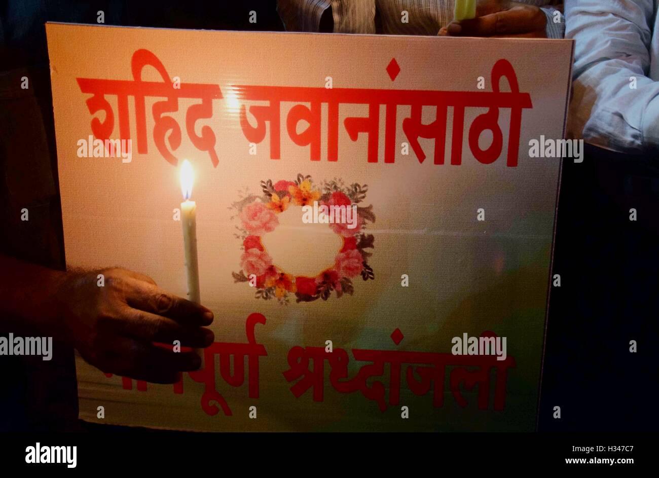 Menschen Kerze Licht eine Hommage an getöteten indische Soldaten am Gateway of India in Mumbai, Indien am 19. Stockbild