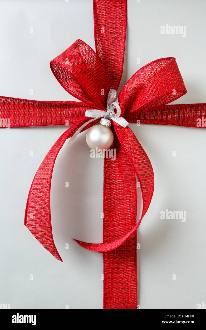 Nahaufnahme von roten Schleife auf klassische Weihnachtsgeschenk ...