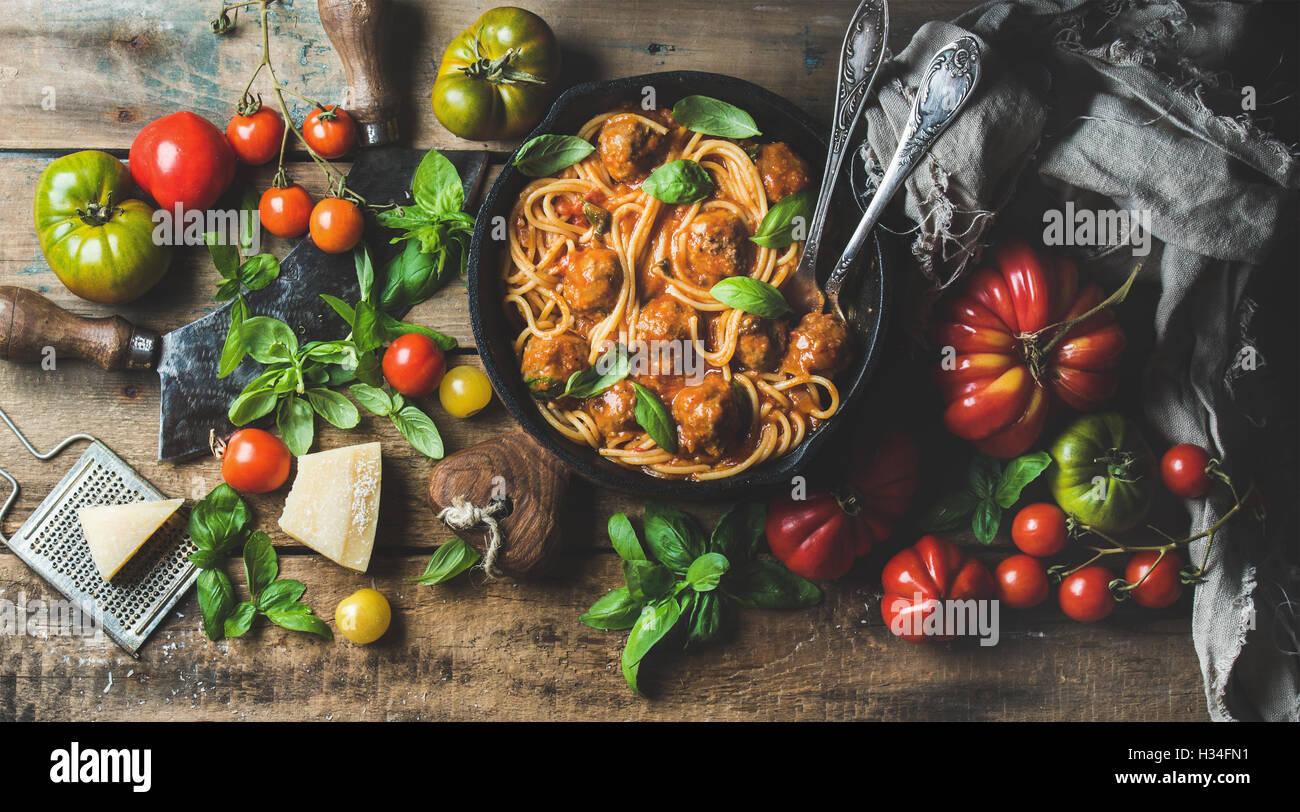 Italienische Pasta Spaghetti mit Tomatensauce und Fleischbällchen Stockbild