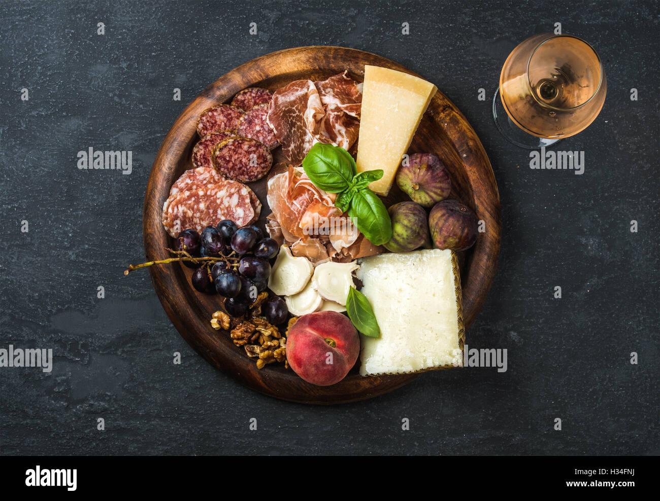 Italienische Antipasti Snacks und ein Glas Rosé Stockbild