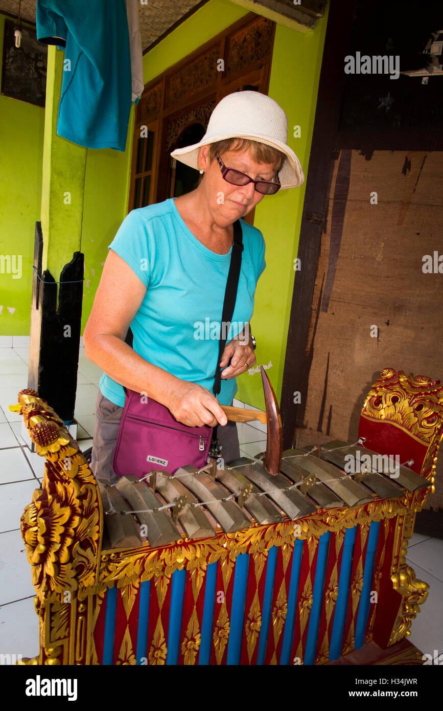 Indonesien, Bali, Lovina, Anturan, weibliche Touristen spielen Gamelan im Dorf workshop Stockbild