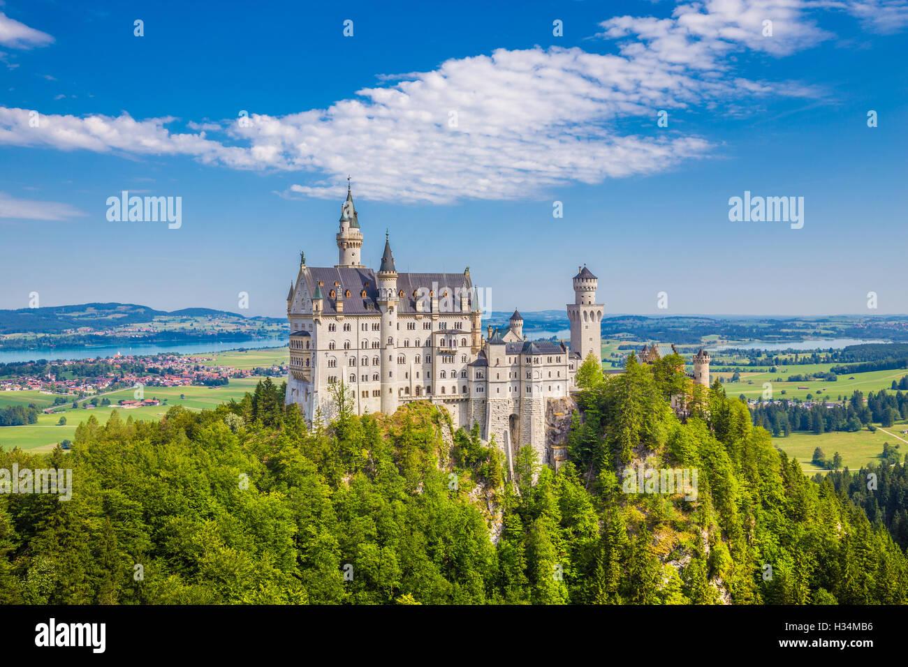 Klassische Ansicht des weltberühmten Schloss Neuschwanstein, einer der meist besuchten Burgen Europas, im Sommer, Stockbild