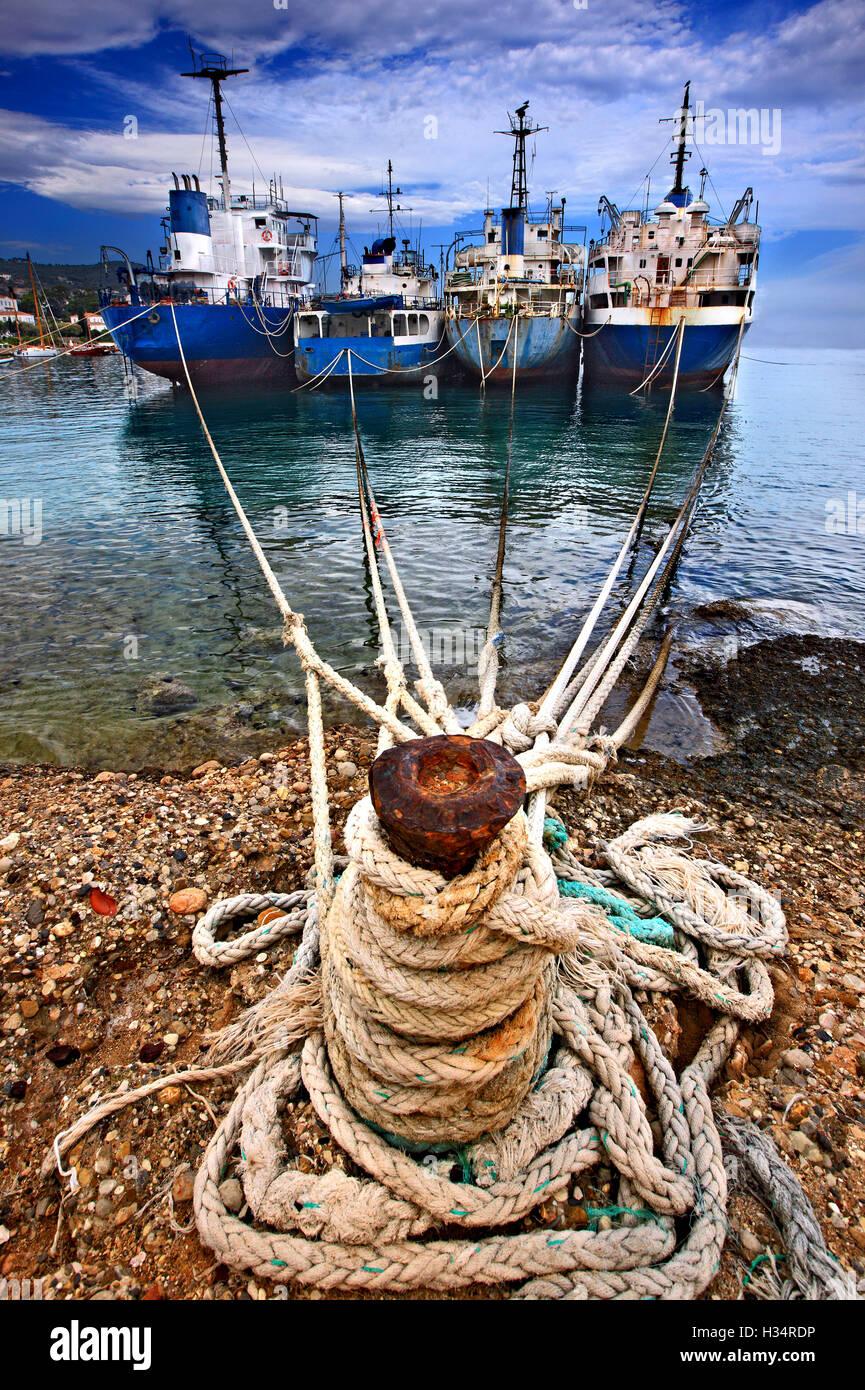 Verlassene Schiffe am Eingang des alten Hafens von Spetses Insel, Attika, Griechenland. Stockbild
