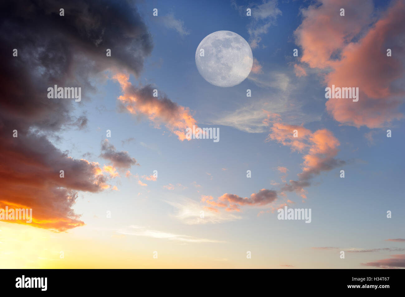 Wolken Mond ist eine lebendige, bunte Wolkengebilde bei Sonnenuntergang mit einem ätherischen Vollmond steigt Stockbild