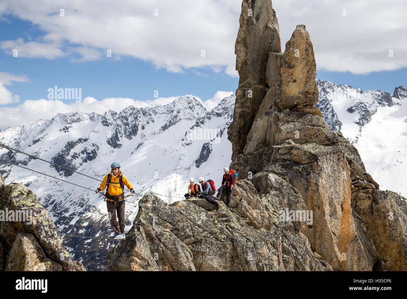 Klettersteig Schweiz : Gruppe von bergsteigern am klettersteig in der schweiz stockfoto