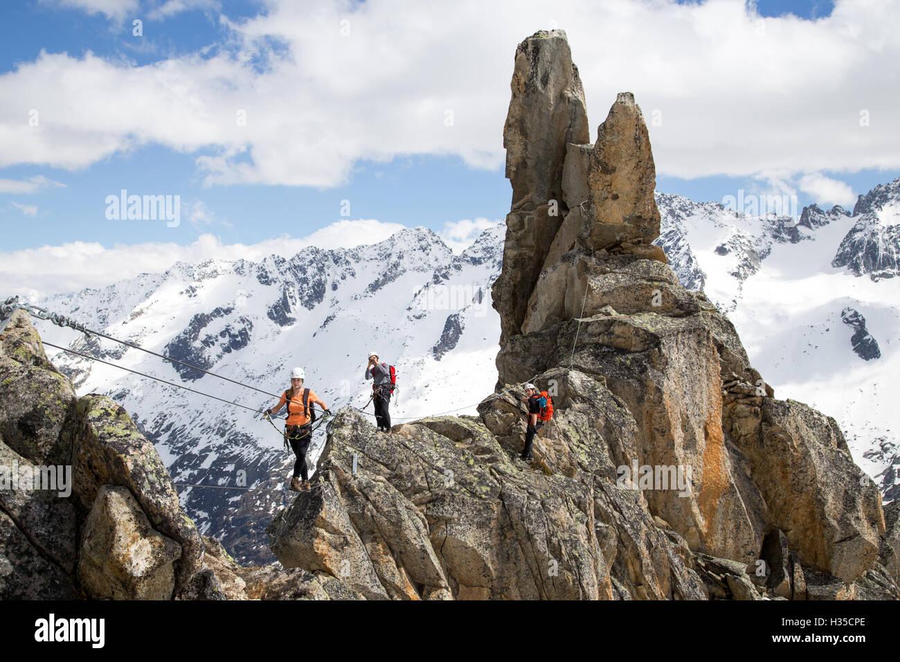 Klettersteig Switzerland : Gruppe von bergsteigern am klettersteig in der schweiz stockfoto