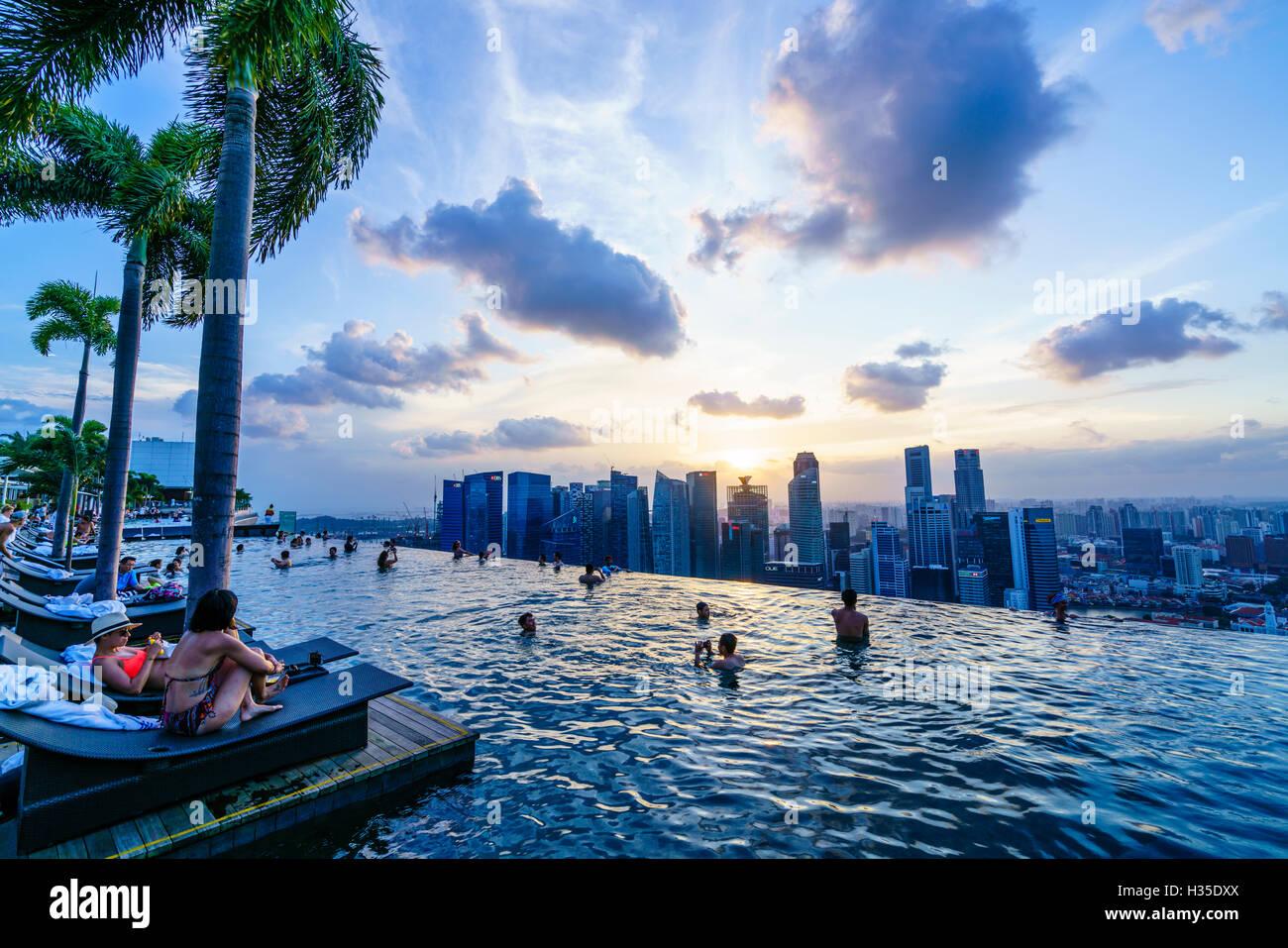 Infinity-Pool Auf Dem Dach Des Das Marina Bay Sands Hotel