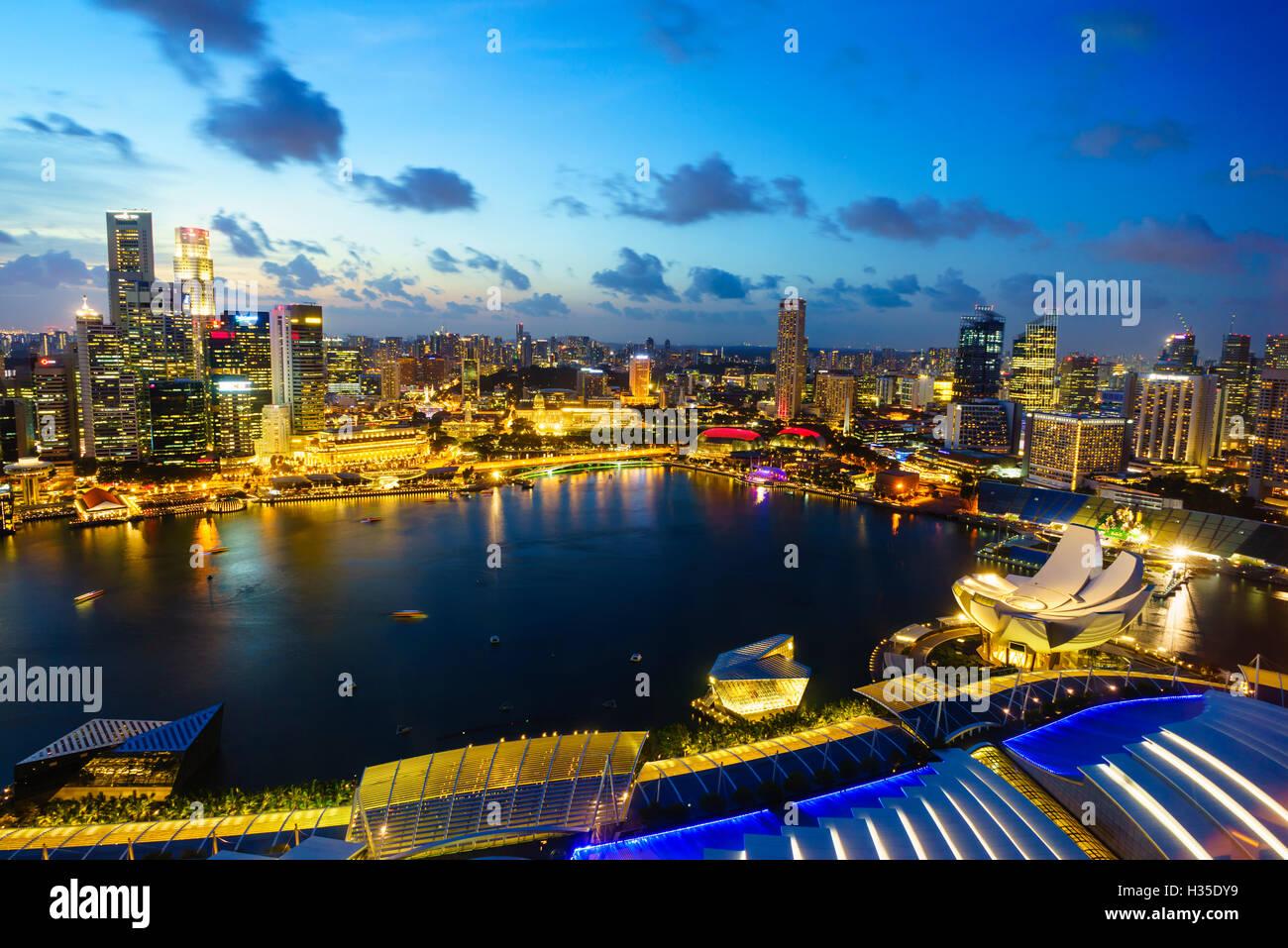 Die Türme der Central Business District und Marina Bay in der Abenddämmerung, Singapur Stockbild