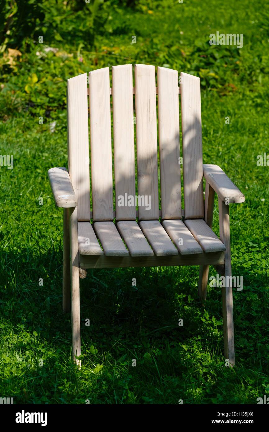 Holzstuhl Aus Einem Set Von Gartenmöbeln Auf Einem Grünen Rasen