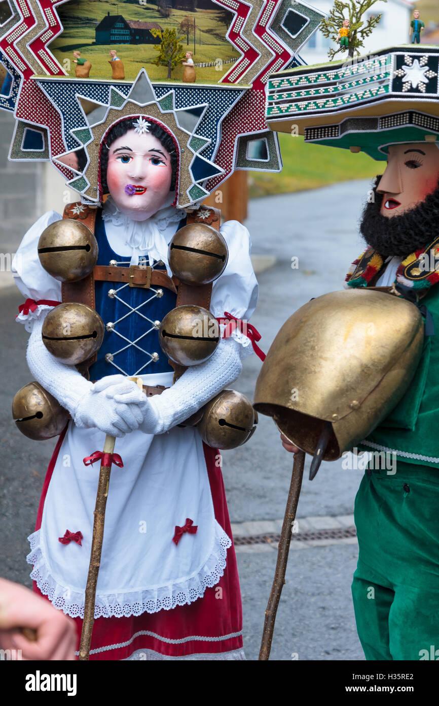 New Year Kukeri in traditionellen Kostümen in Urnäsch, Appenzell, Schweiz. Ihrerseits die Silvesterchlausen Stockbild