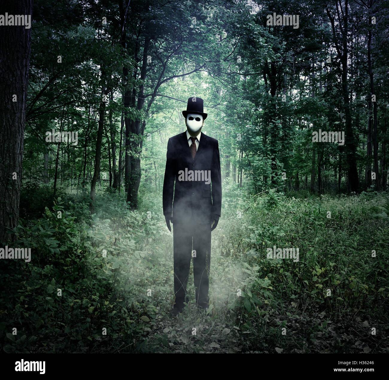 Ein unheimlicher großer Mann in einem schwarzen Anzug steht im dunklen Wald in der Nacht mit Nebel für Stockbild