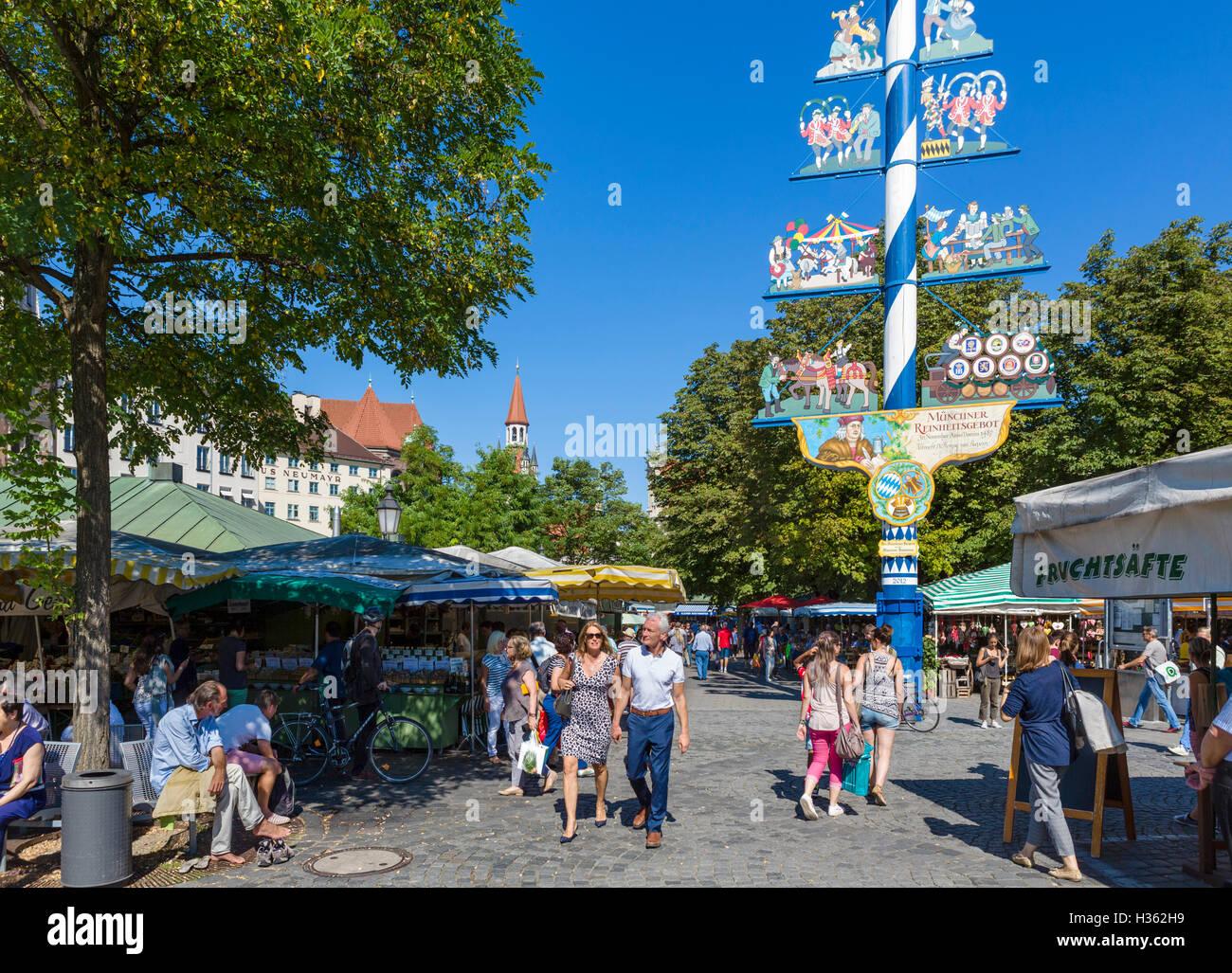 Marktstände in der Viktualienmarkt in der Nähe der Maibaum (Maibaum), München, Bayern, Deutschland Stockbild