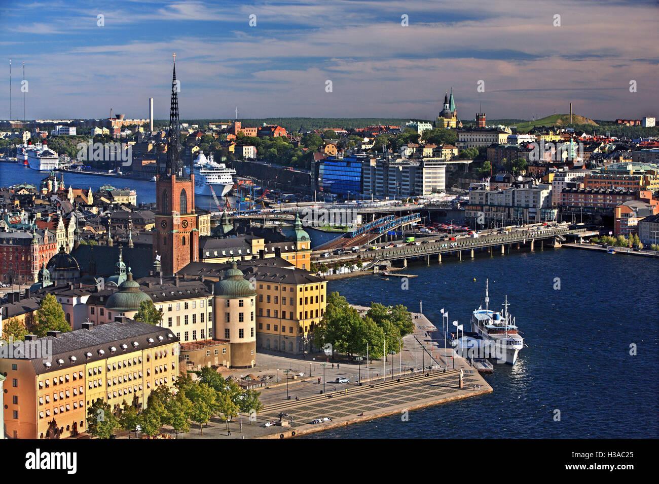 Die Brücken, die verbinden Gamla Stan und Riddarholmen mit Sodermalm, Stockholm, Schweden. Blick vom Rathausturm. Stockbild