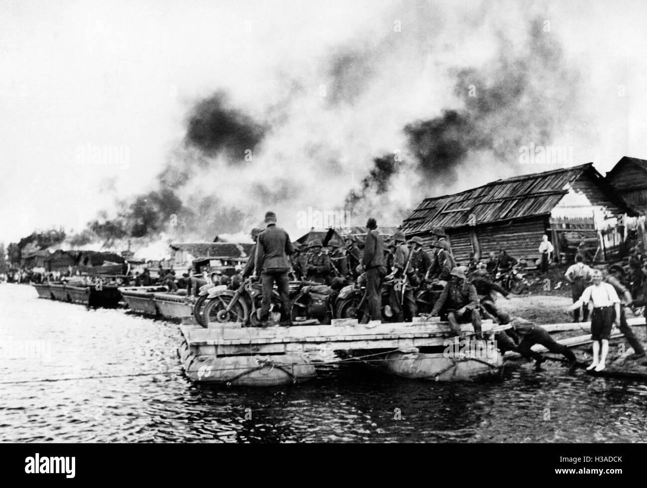 Deutsche Truppen überqueren die Beresina, 1941 Stockfoto