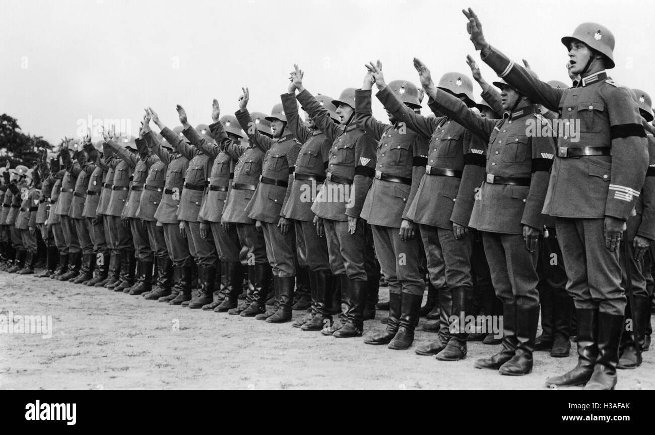 Reichswehr-Einheiten bei der Vereidigung auf Adolf Hitler in Berlin, 1934 Stockfoto