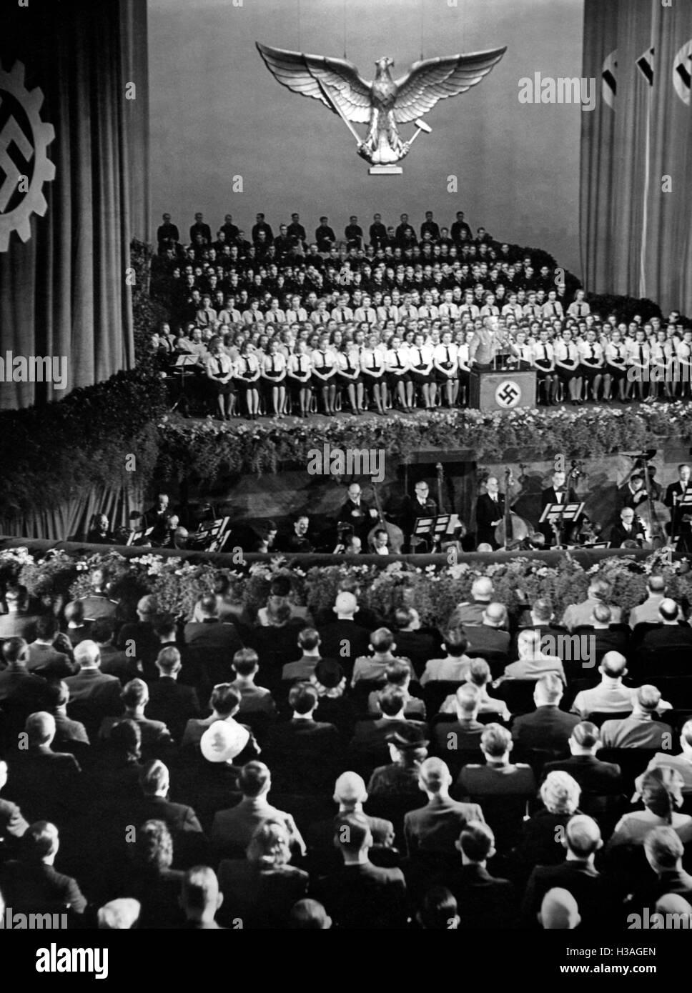 Robert Ley bei der Eröffnung des Kriegsberufswettkampf der deutschen Jugend in der Berliner Krolloper, 1943 Stockfoto