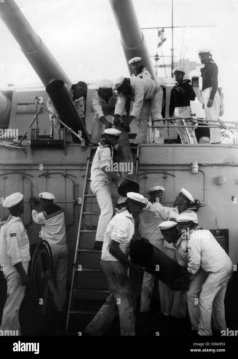 Artillerie-Bohrer an Bord eines deutschen Kreuzers, 1935 Stockfoto