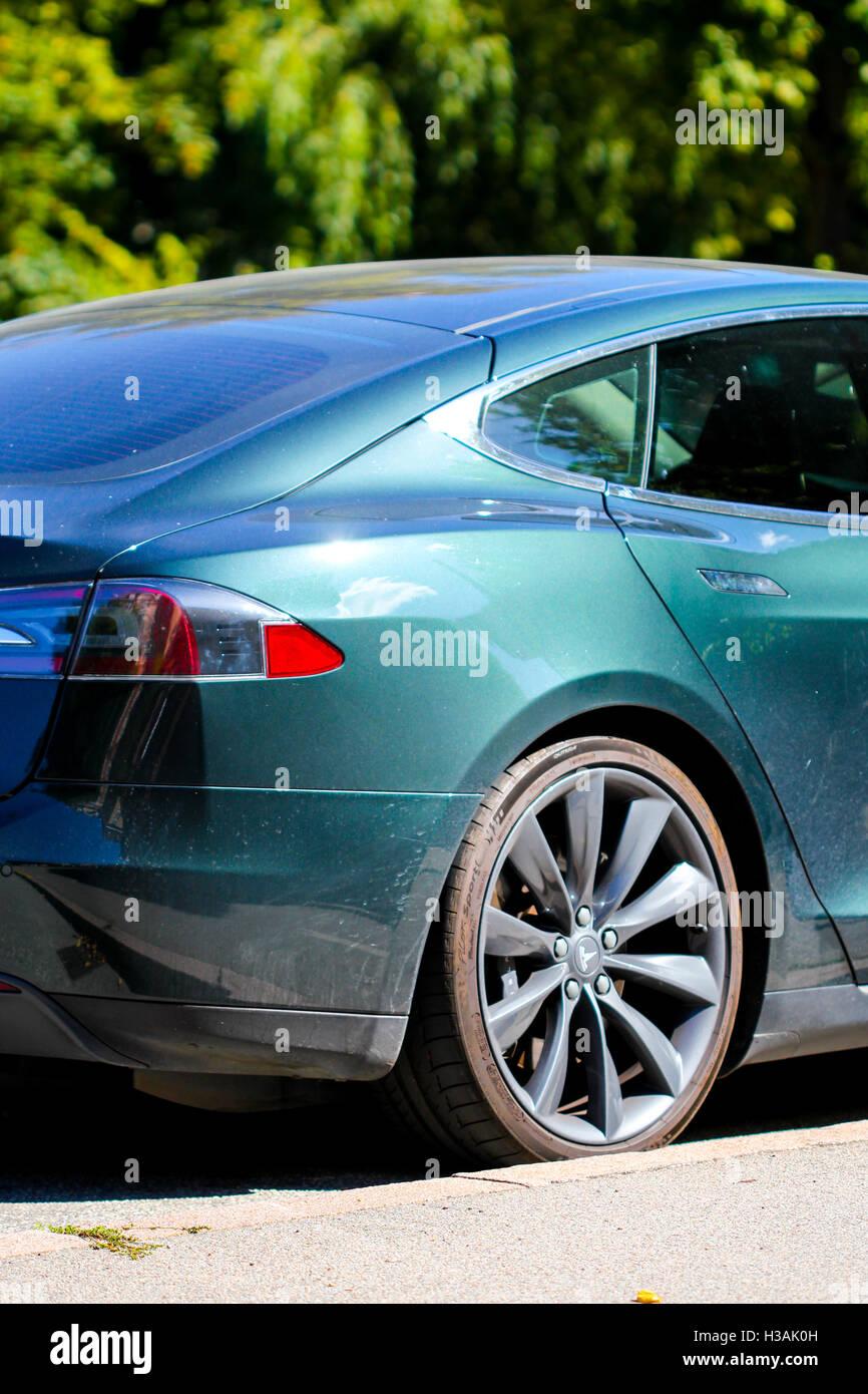 Die elektrische selbst treibende Auto Tesla s-Modell in Europa, fahrerlose Auto ökologisch freundlichen nachhaltige Stockbild
