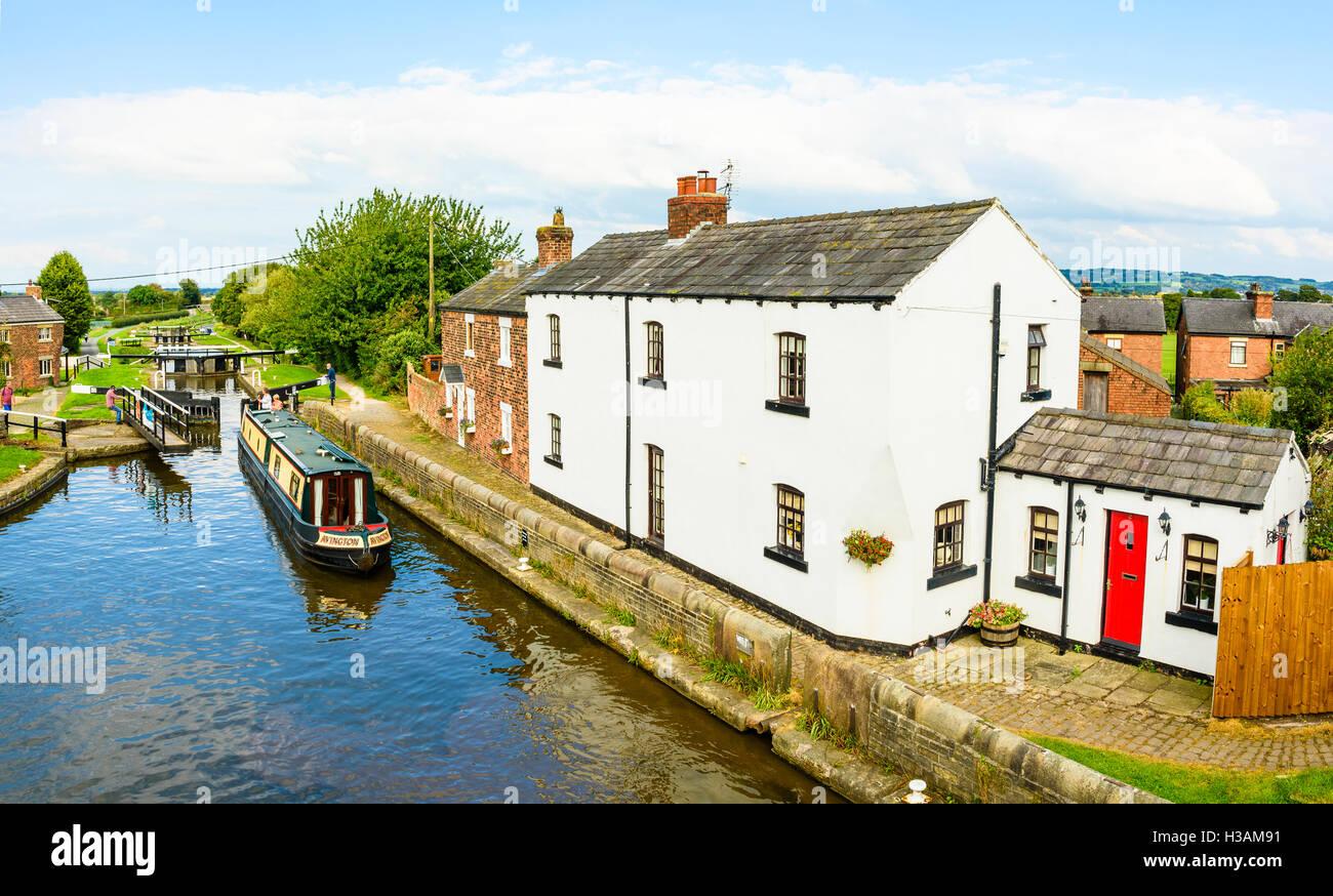 Narrowboat obere Schleuse auf dem Rufford Zweig des Leeds and Liverpool Canal vor den Toren Burscough in West Lancashire Stockbild