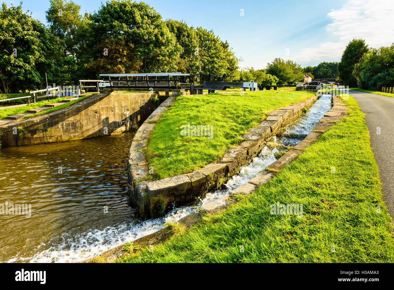 Sperren auf dem Rufford Zweig des Leeds and Liverpool Canal vor den Toren Burscough in West Lancashire England UK Stockbild