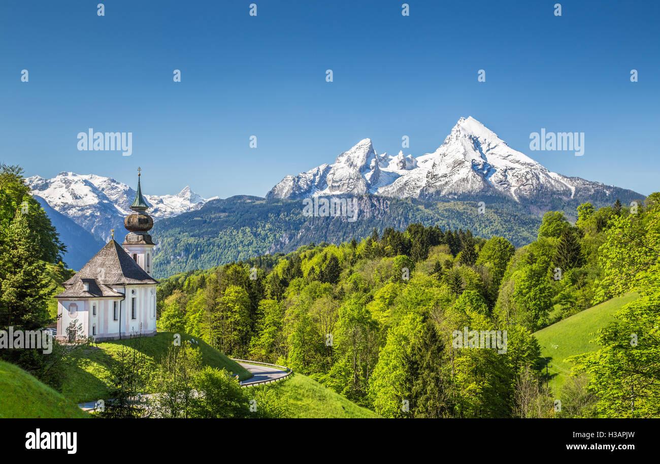 Idyllische Berglandschaft in den Alpen Wallfahrt Kirche von Maria Gern mit Watzmann Berg im Frühling, Bayern, Stockbild