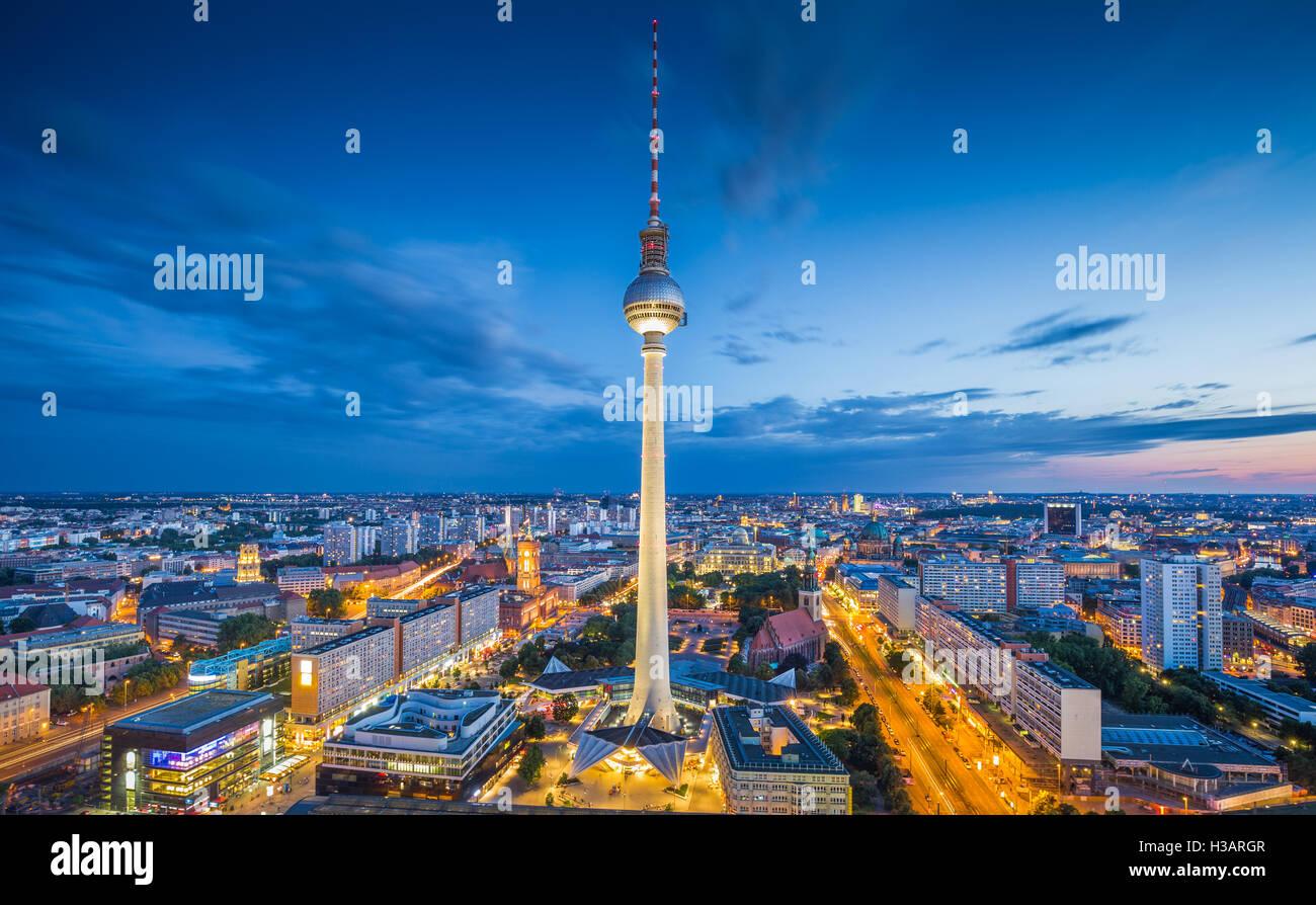 Berliner Skyline mit berühmten Fernsehturm am Alexanderplatz in der Dämmerung in der Abenddämmerung, Stockbild