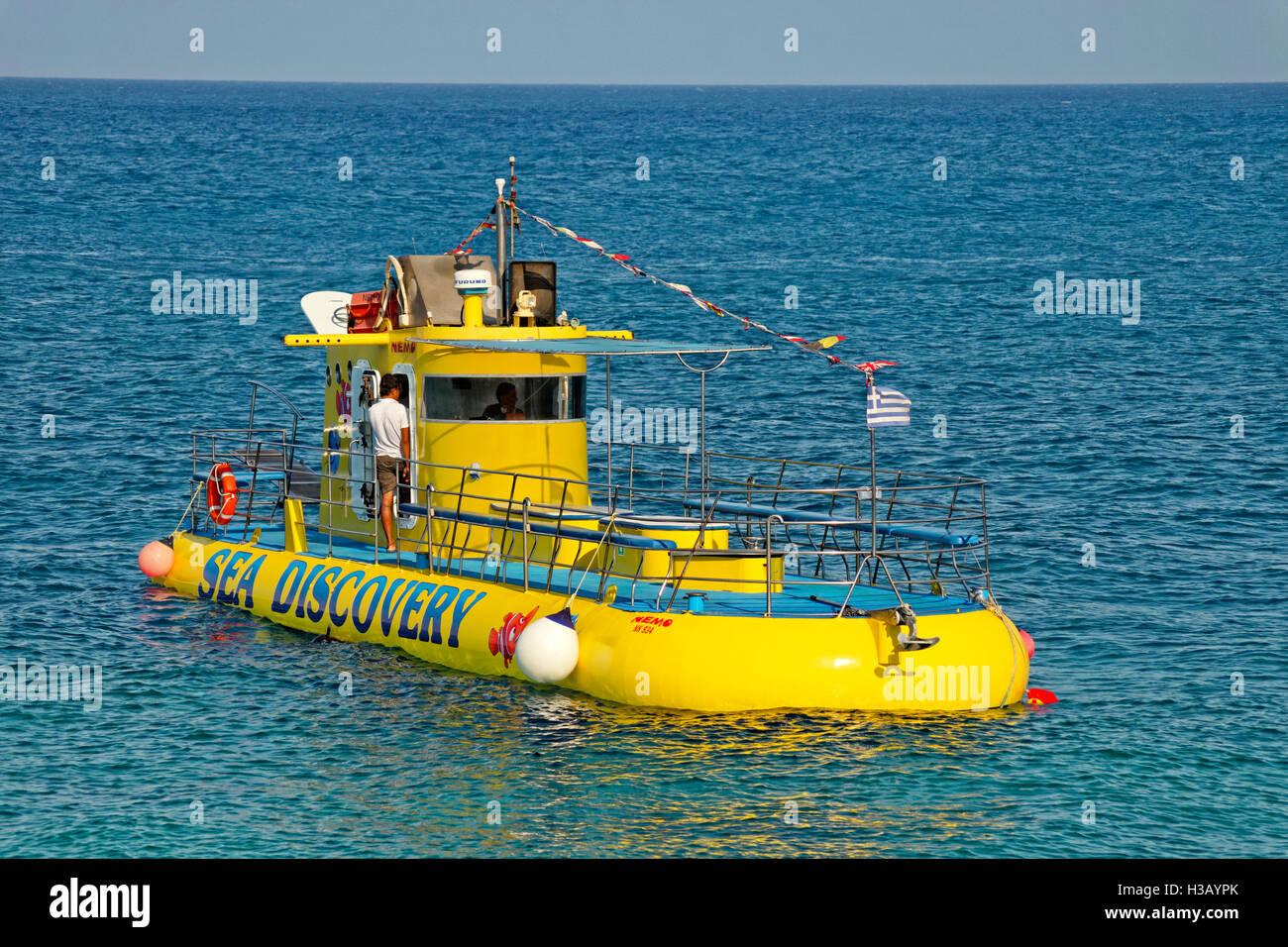 Tourismus-u-Boot und Glasbodenboot auf Rhodos Stadt, Rhodos, Griechenland. Stockbild