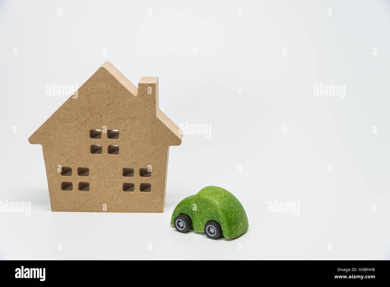 Holzhaus und grünes Auto Spielzeug mit weißem Hintergrund und selektiven Fokus Stockbild