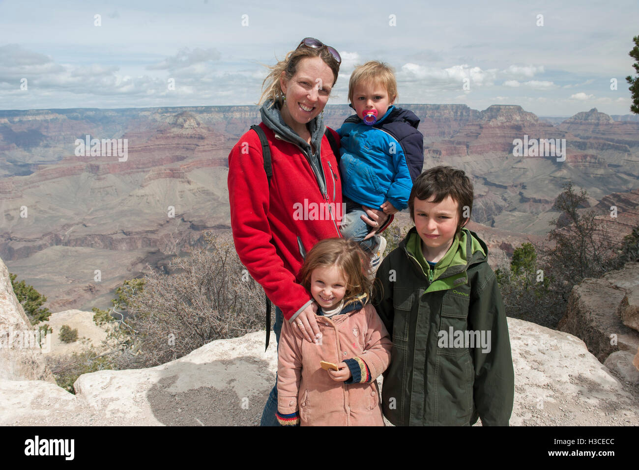 Mutter und Kinder am Grand Canyon in Arizona, USA Stockfoto