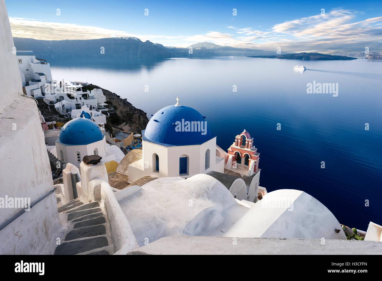 Stadt Oia auf Santorin, Griechenland. Traditionelle und berühmte Häuser und Kirchen mit blauen Kuppeln Stockbild