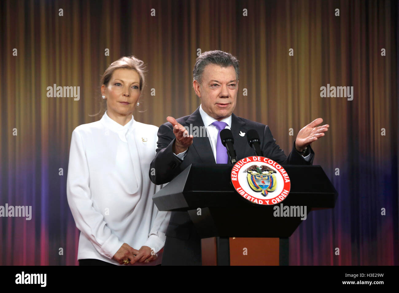 Bogota, Kolumbien. 7. Oktober 2016. Colombian President Juan Manuel Santos (R) liefert eine Erklärung nach Stockbild