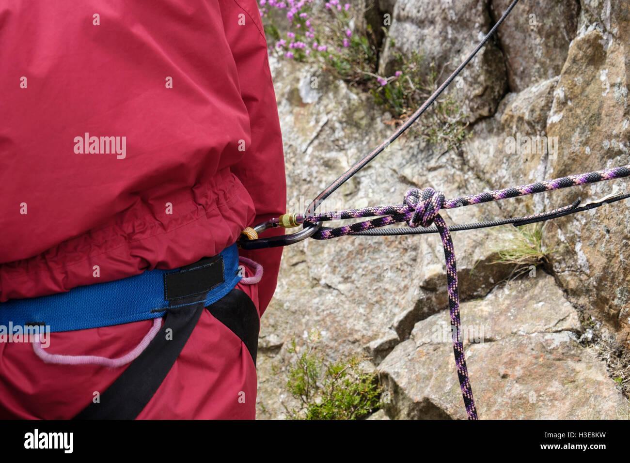 Klettergurt Mit Selbstsicherung : Rock kletterers stand an der spitze zu klettern mit seil und