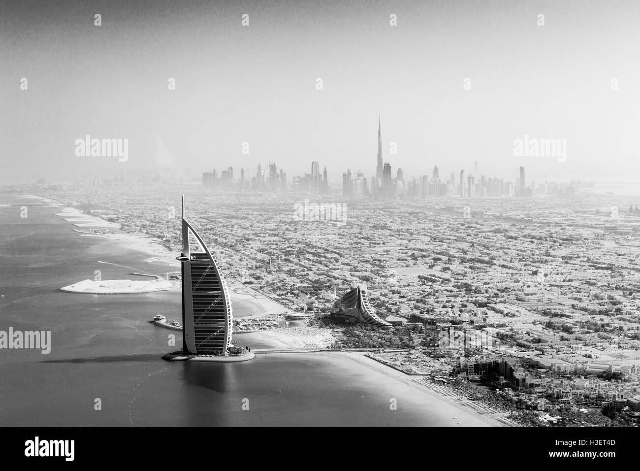 Dubai, Vereinigte Arabische Emirate - 17. Oktober 2014: die berühmten Burj Al Arab Hotel und Skyline von Dubai Stockbild