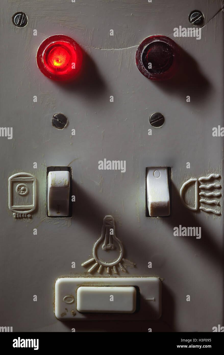 Details eine alte schmutzige Kunststoff Schalter für Badezimmer ...