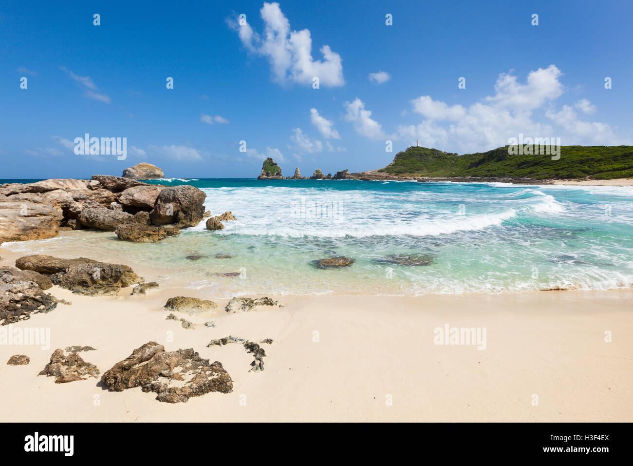 Strand von Anse des Châteaux und den Felsen der Pointe des Kolibris, der östlichste Punkt der Grande-Terre, Stockbild
