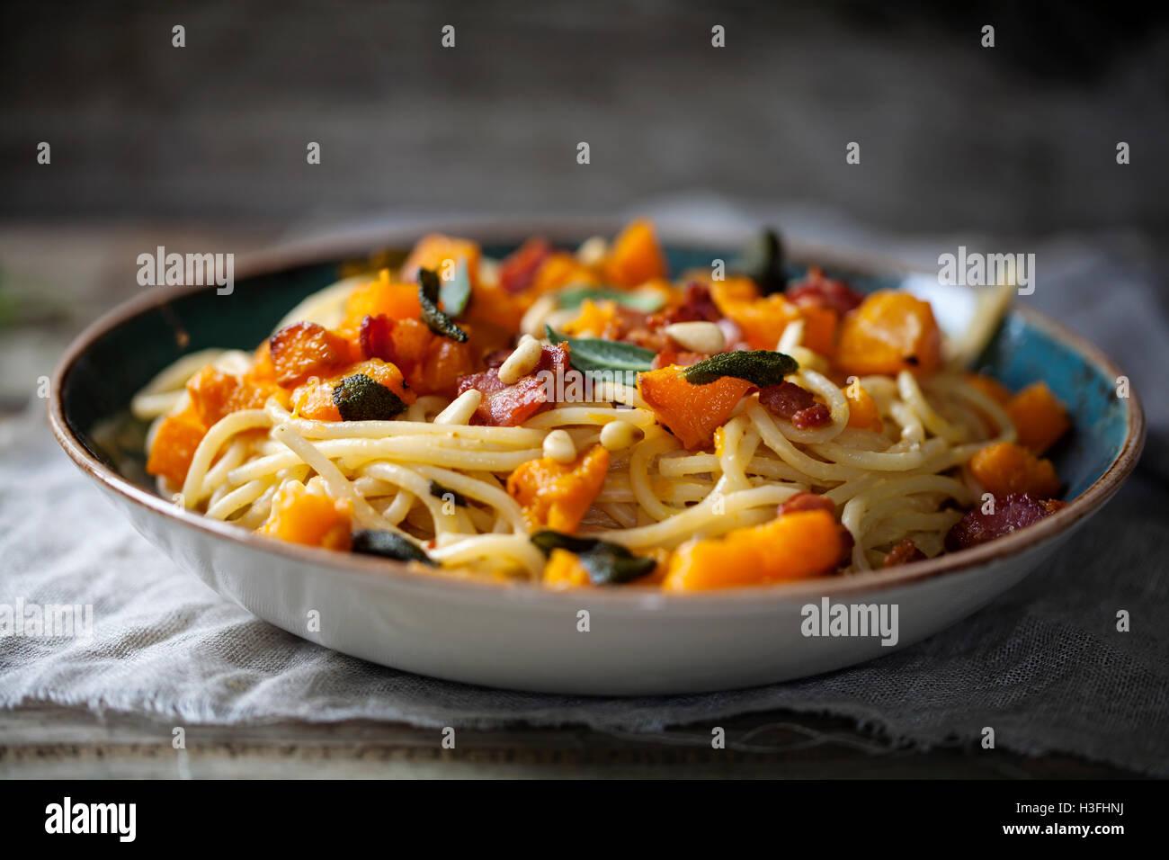 Spaghetti mit gebratenem Butternut-Kürbis und Salbei Stockfoto