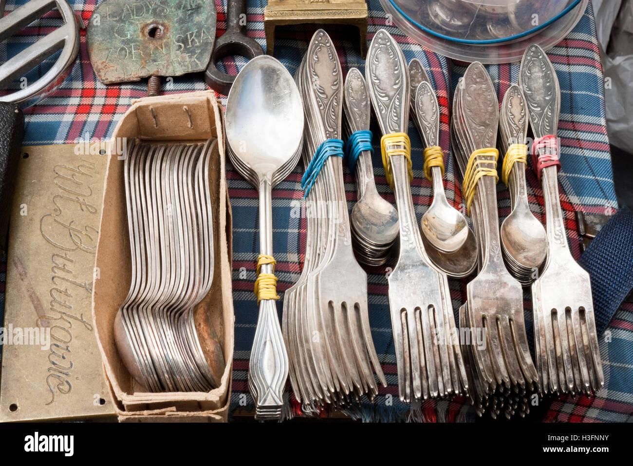 Lviv, Ukraine - 12. Juli 2015: Vintage Besteck für den Verkauf auf einem Flohmarkt. Stockbild