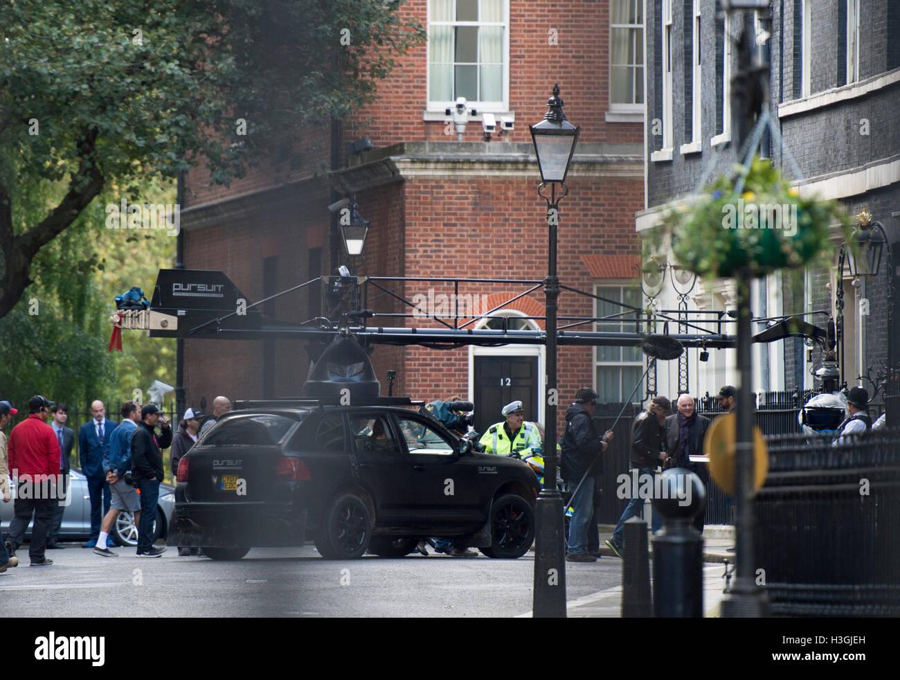 London, UK. 8. Oktober 2016. Dreharbeiten zum neuen Transformers-Film in der Downing Street auf den Stufen des No10.Pic Stockfoto