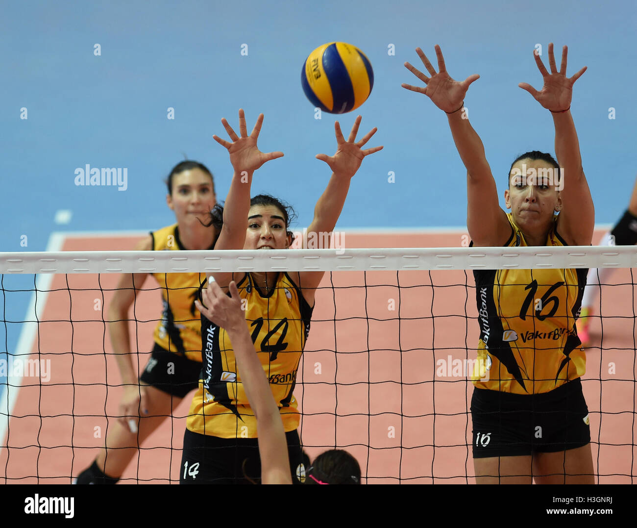 (161009)--ISTANBUL, 9. Okt., 2016(Xinhua)--Vakifbank Player Milena Rasic (R) und Melis Durul blockieren den Ball Stockfoto