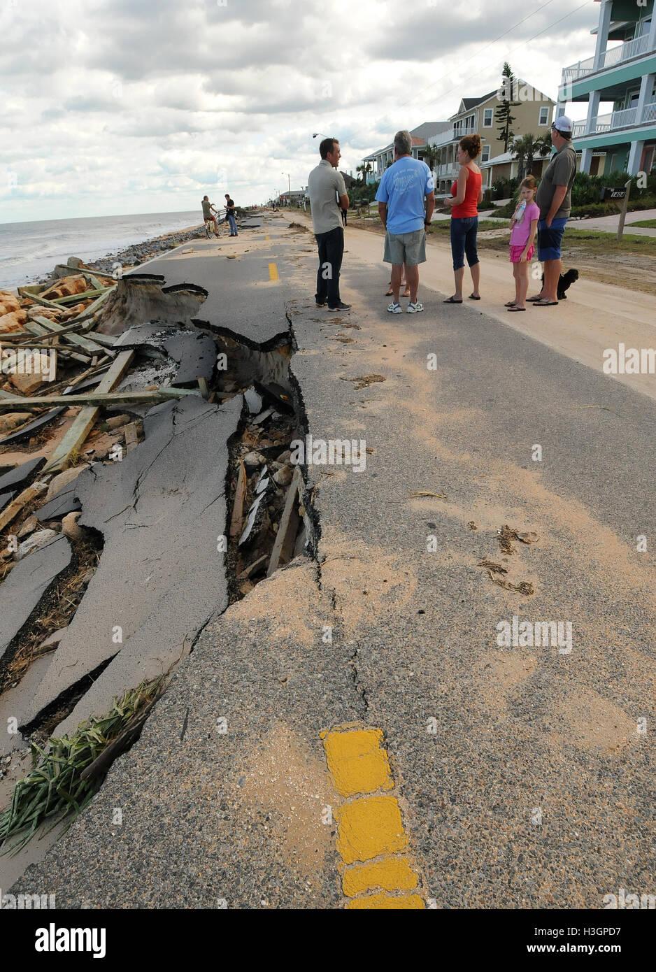 Flagler Beach, Florida, USA. 8. Oktober 2016. Bewohner Überblick über die Schäden an State Road A1A Stockbild