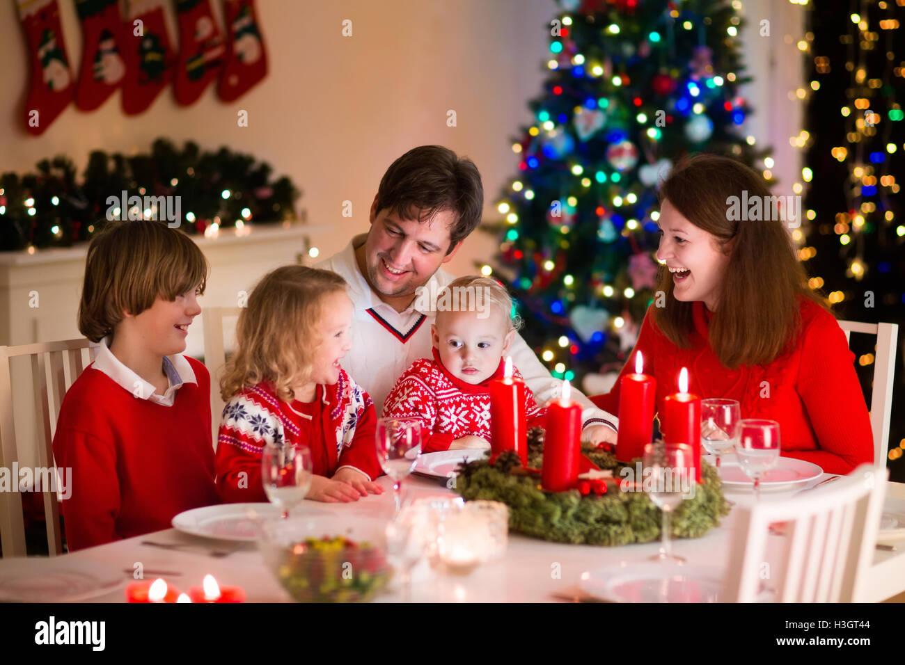 gro e familie mit drei kindern zu hause weihnachten zu feiern festliches abendessen am kamin. Black Bedroom Furniture Sets. Home Design Ideas