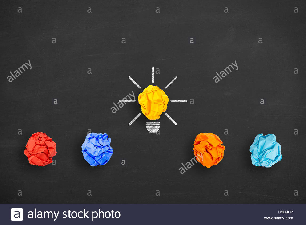 Idee Konzept zerknittertes Papier Glühbirne Metapher für gute Idee an Tafel Stockbild