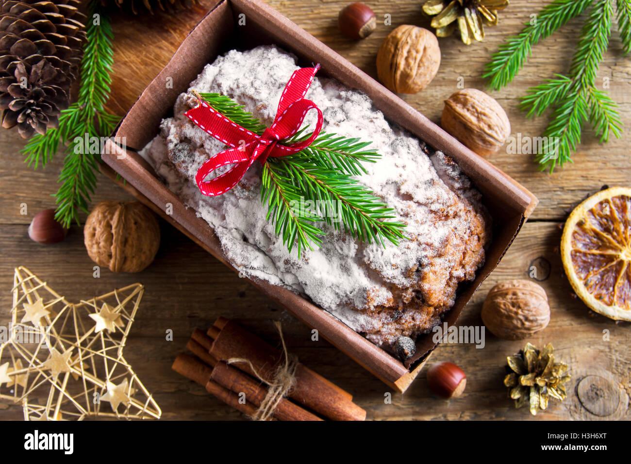 Traditionelle Früchtebrot für Weihnachten Dekoration mit Ornamenten - hausgemachte festliche Weihnachten pasrty Stockfoto