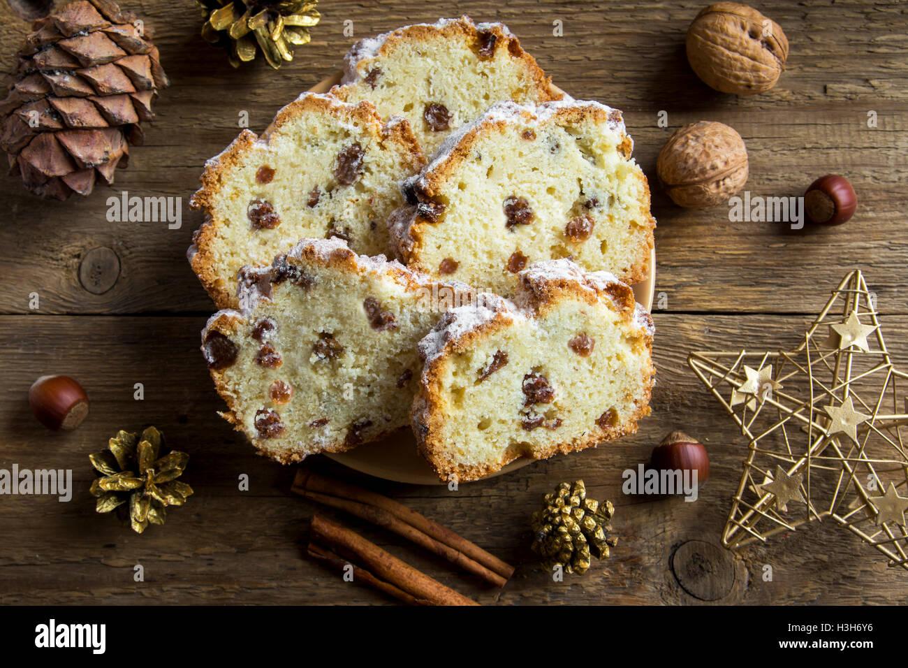 Weihnachten festlich Früchtebrot (Kuchen) auf rustikalem Holzbrett - hausgemachte Weihnachtsbäckerei Stockbild