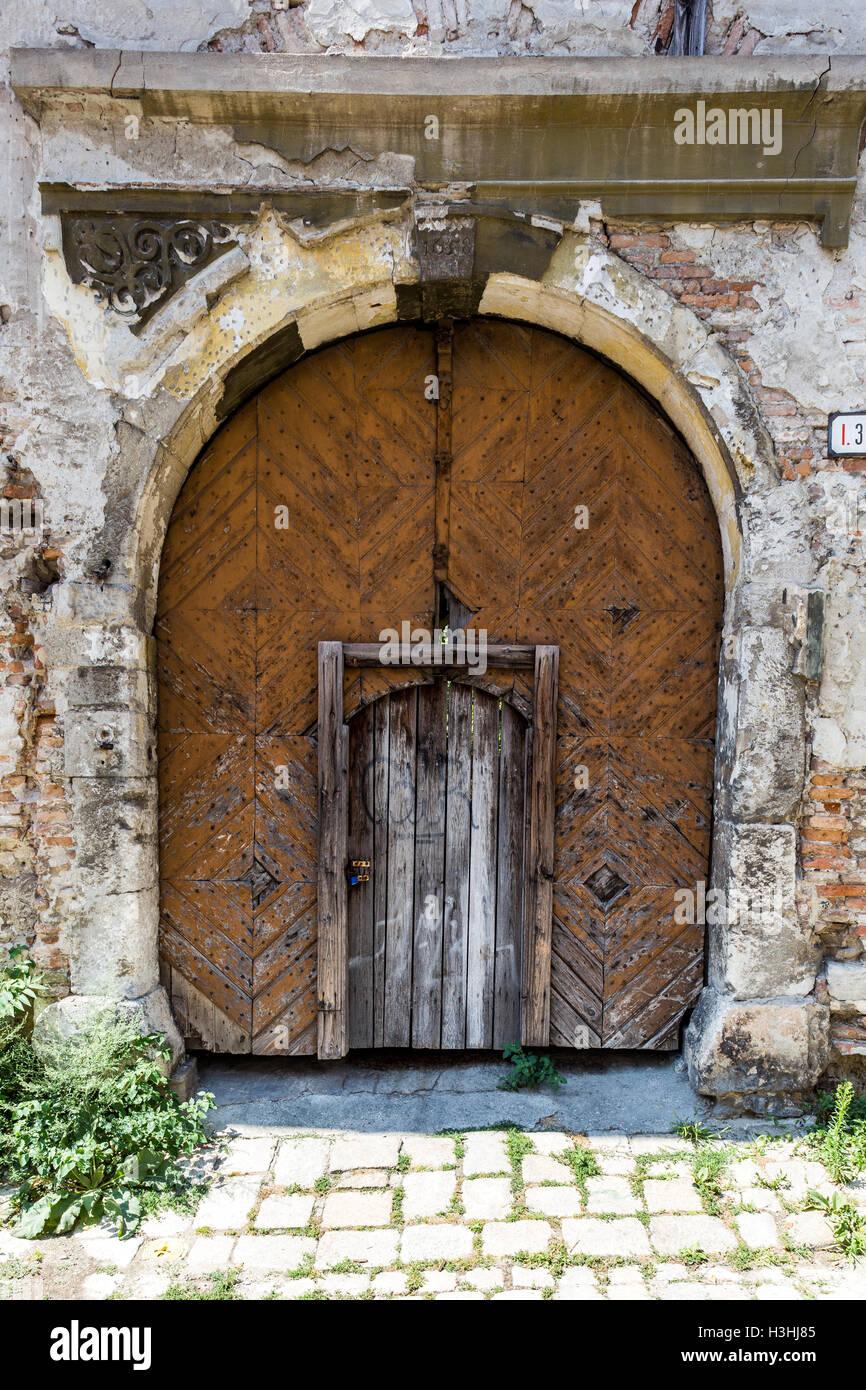 sehr alte holztüren zum hinterhof stockfoto, bild: 122704069 - alamy