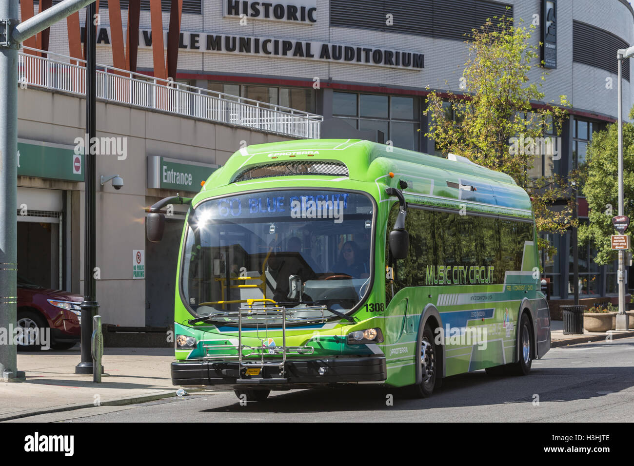 Ein elektrischer Musik Stadtkurs Zirkulator Bus verläßt die Music City Center Station in Nashville, Tennessee. Stockbild